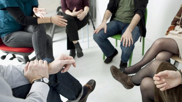 Como funciona um grupo de apoio para familiares de dependentes químicos?
