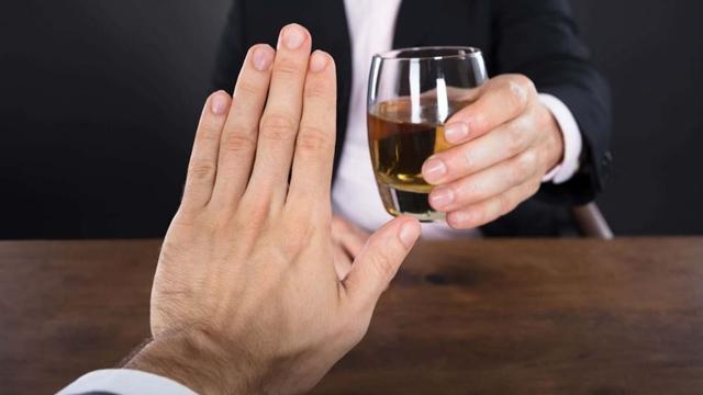 Como ajudar uma pessoa alcoólatra